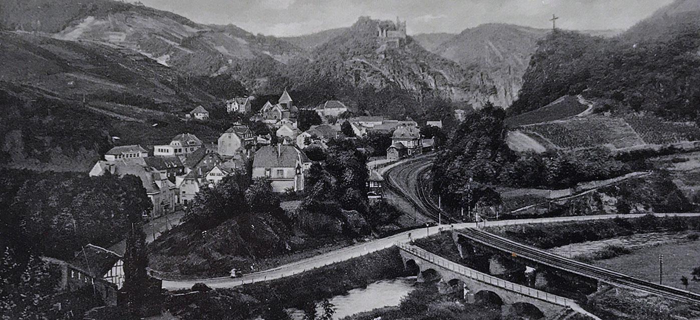 Zeitreise durchs Ahrtal Gesamtansicht von Altenahr mit Bahnhof und Burg Are