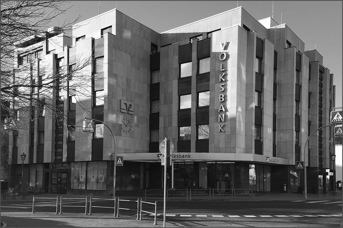 Zeitreise durchs Ahrtal Bad Neuenahr Hauptstrasse Ecke Telegrafenstrasse heute Volksbank frueher Hotel Flora n
