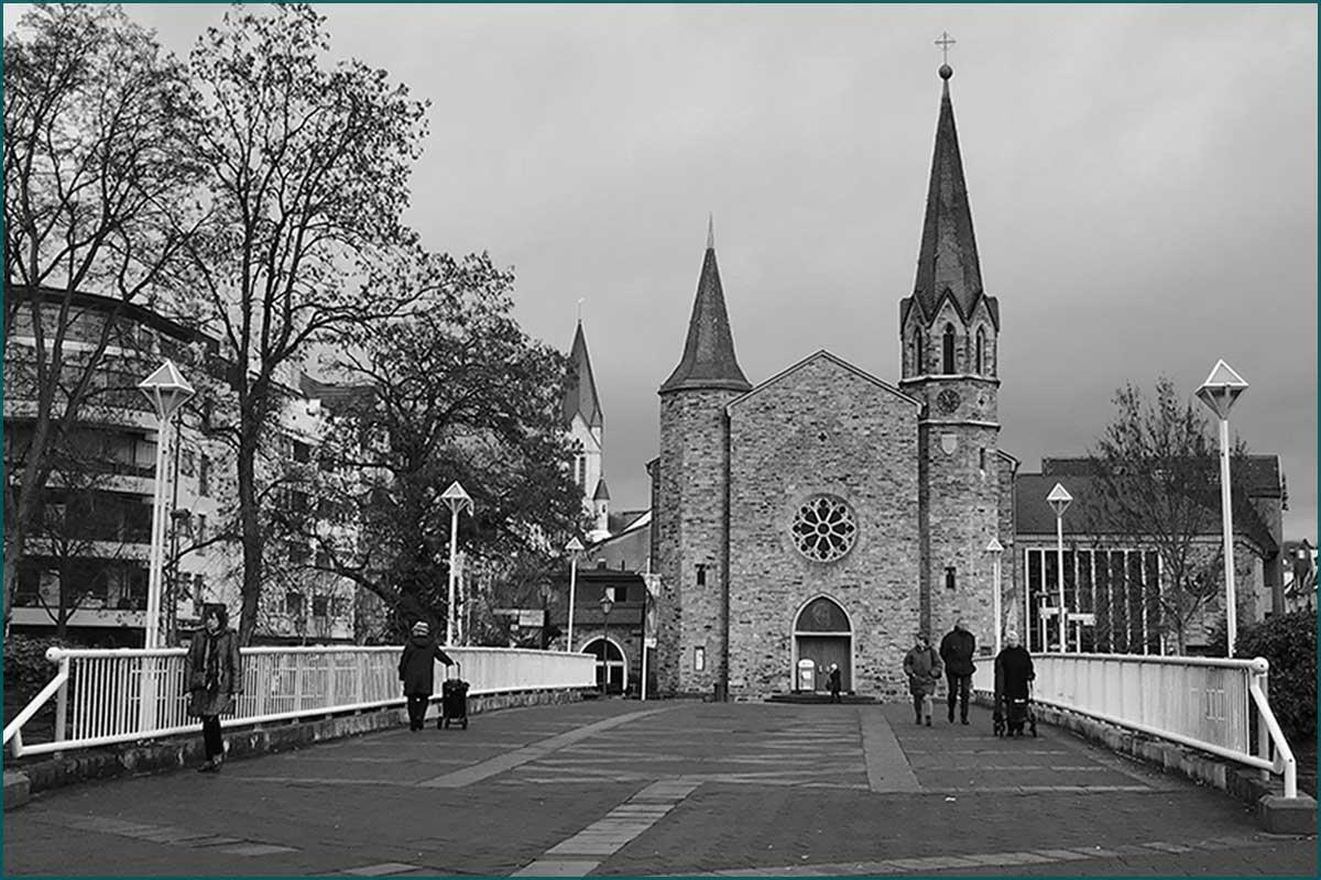 Zeitreise Ahrtal Kurgartenbrücke Bad Neuenahr mit Blick auf die Martin Luther Kirche heute 2019